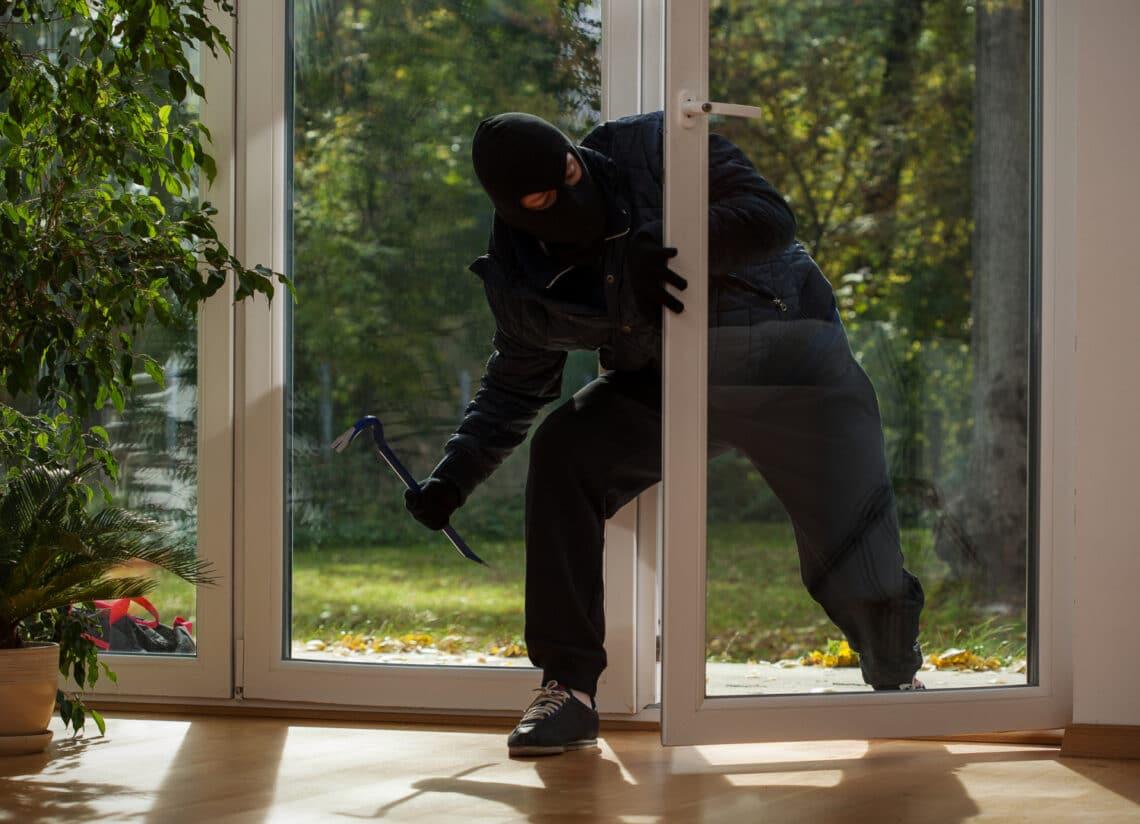 Trükkös módszerek, amikkel a rablók bejutnak a lakásodba: ha ismered, megelőzheted
