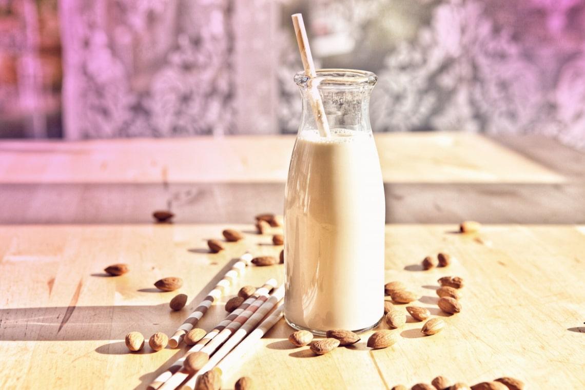 Tudod, melyik növényi tej miért jó neked? Itt a nagy tejhelyettesítő-határozó