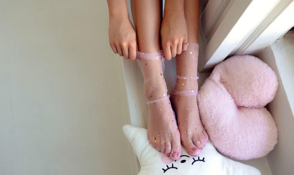 A szandál-zokni nagyon divatos – ezekkel az átlátszó zoknikkal (lelőhelyekkel)