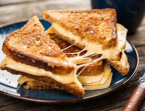 Egyszerű, gyors és megunhatatlan: a klasszikus grillezett sajtos szendvics, és a mesterszakácsok verziója