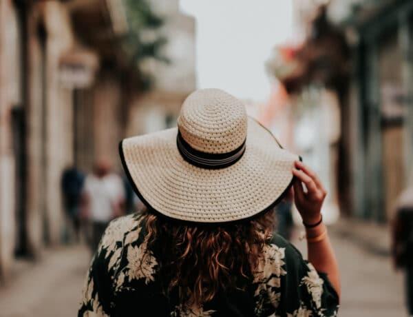 Napvédő fejfedők, amik most igazán divatosnak számítanak – Lelőhelyekkel