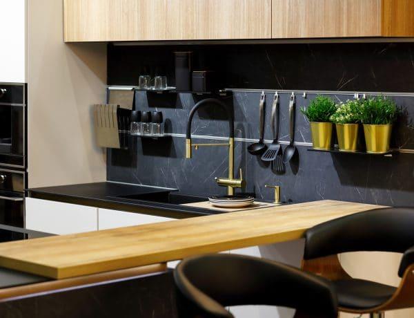 Lenyűgöző fekete luxuskonyhák – Olcsón leutánozható a trükkjük!