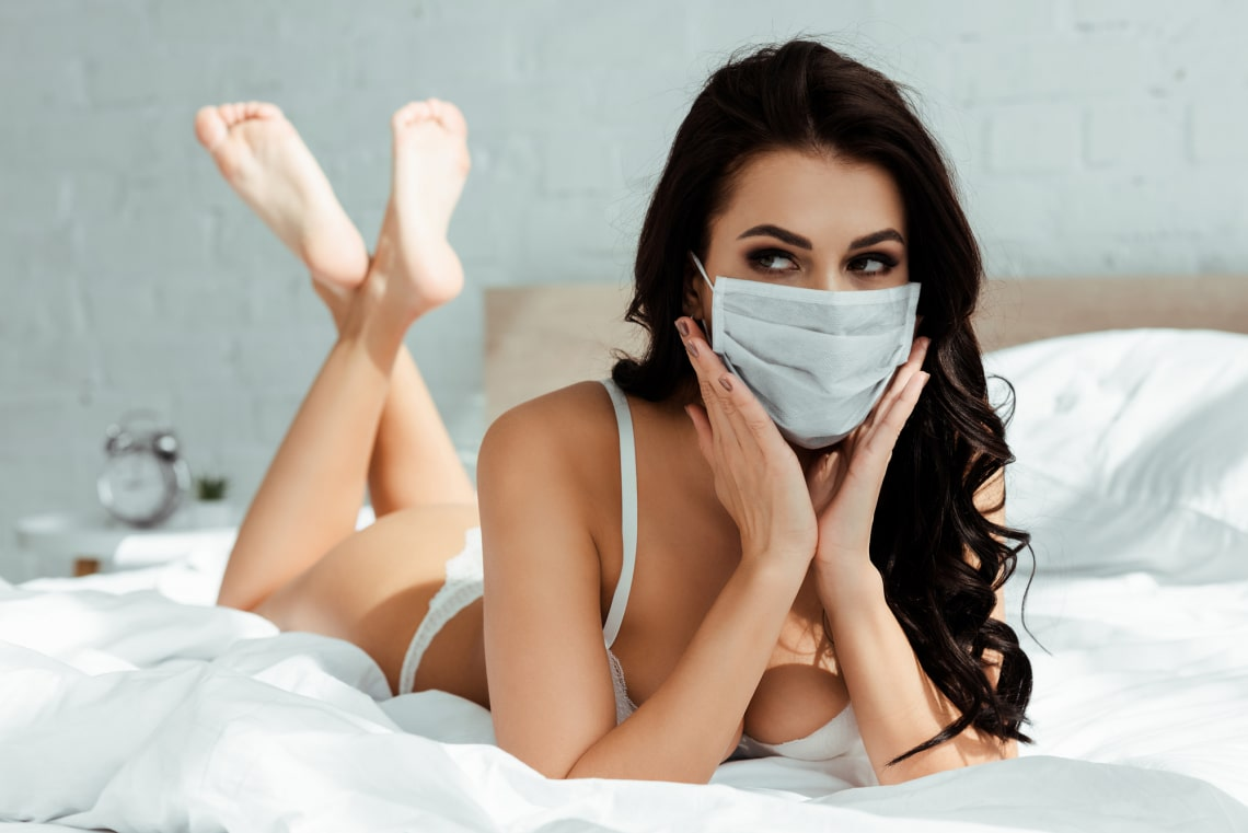 Maszkviselés szex közben: van szakértő, aki ezt javasolja a járvány ellen. Te bevállalnád?