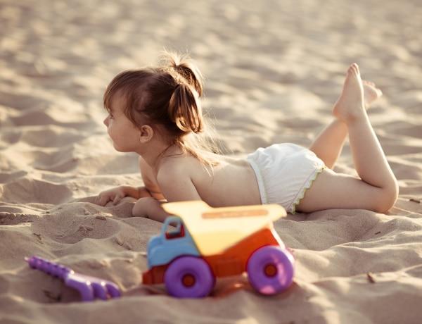 Felelőtlen az a szülő, aki meztelenül strandoltatja a gyereket?
