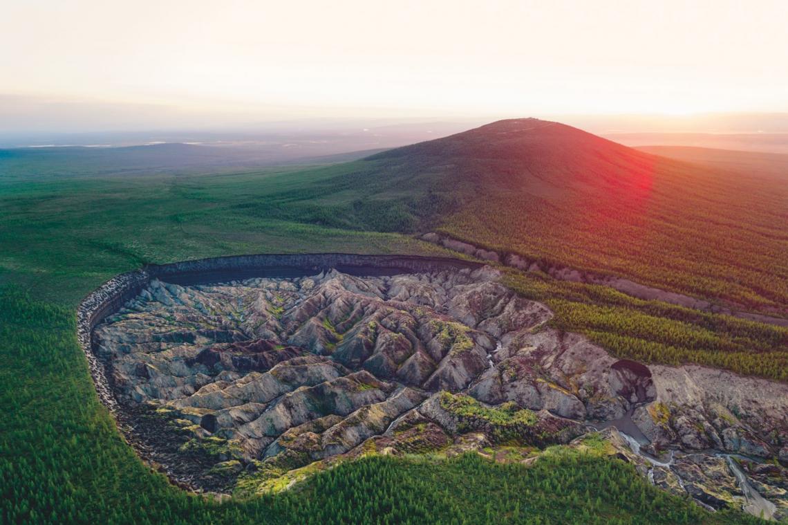 """Ijesztően nyílik az """"Alvilág kapuja"""": hatalmas lyuk tátong Szibéria közepén"""
