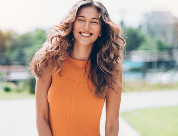 5 trükk, ahogyan a rövid hajat göndörítheted – hőkezelés nélkül