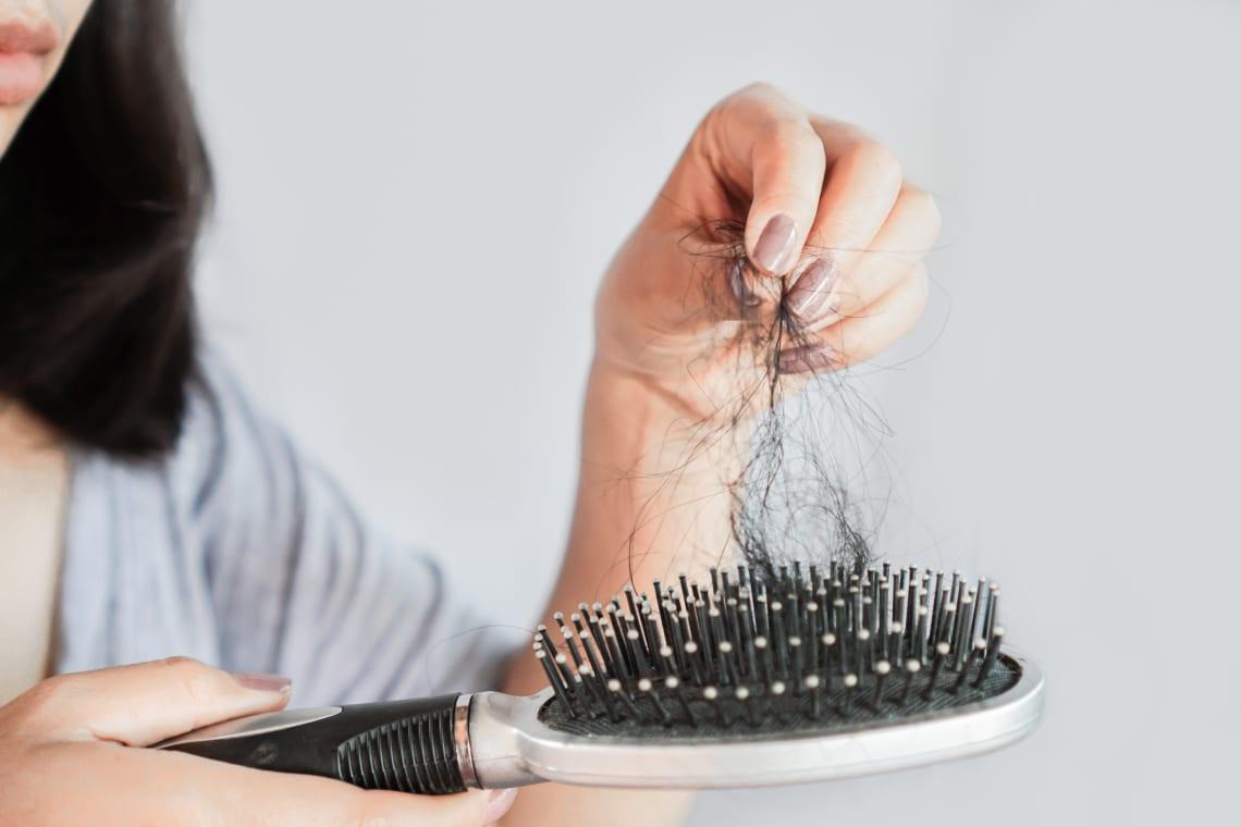 A koronavírus kezdete óta neked is nagyon hullik a hajad? Íme a 4 legvalószínűbb ok