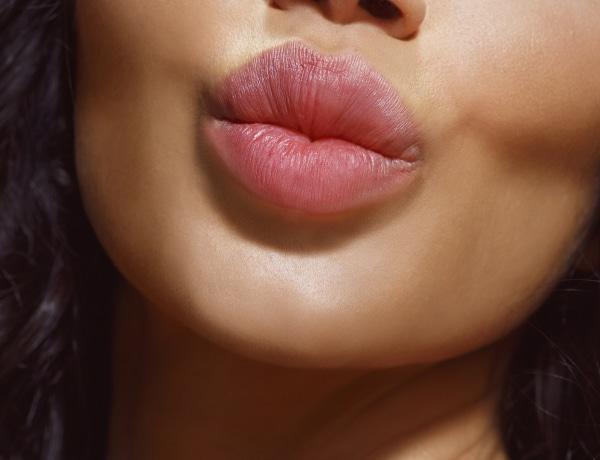 Forró és kínos csókok, amiket sztárok váltottak egymással élő adásban