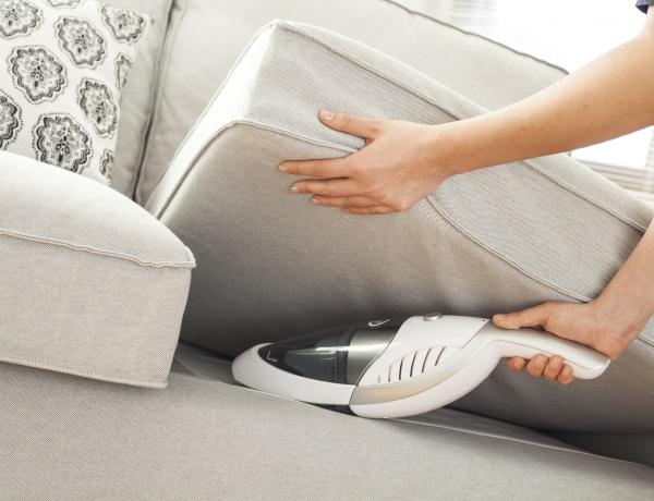 Így tisztítsd meg a kanapét a foltoktól és a portól