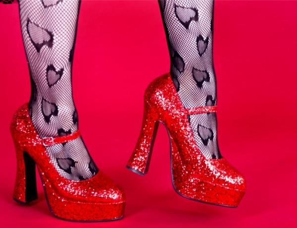 Platform cipővel nem érte a lábat az ürülék – 5 régi divatmódi és valós okaik