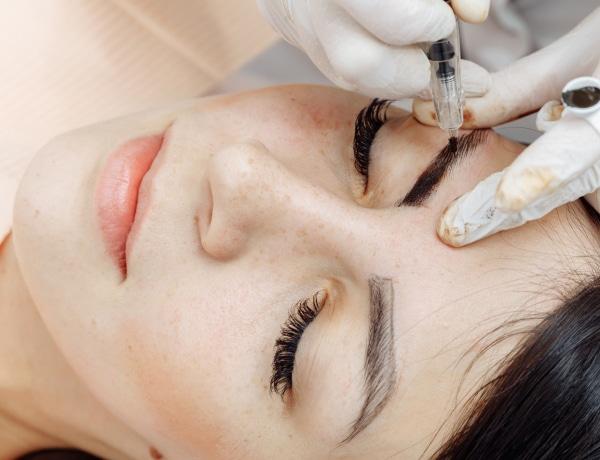 Terhességi csík, karikás szem és szeplő eltüntetés? 5+1 kozmetikai tetoválás, amiről minden nőnek tudnia kell
