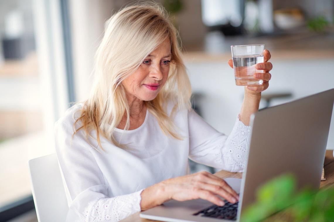 Ahogy idősödsz, egyre többet kéne innod – egy kutatás szerint