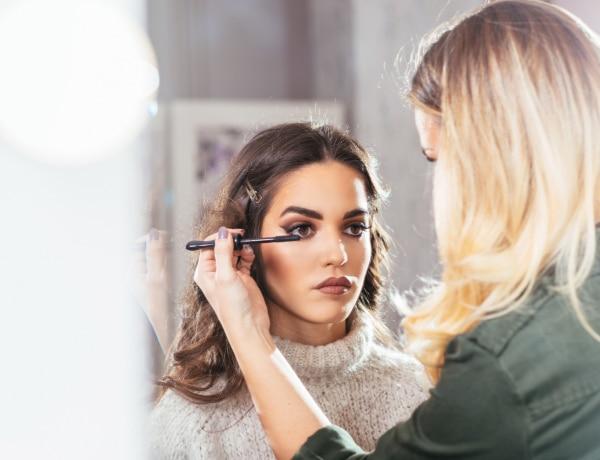 Puffadt szemre hideg krém! 10 szokatlan, de annál hatásosabb makeup-tipp a sztárok sminkeseitől