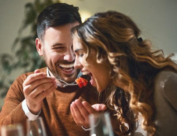 Házasként is flörtölni másokkal? Szakértők szerint ezért csináljuk