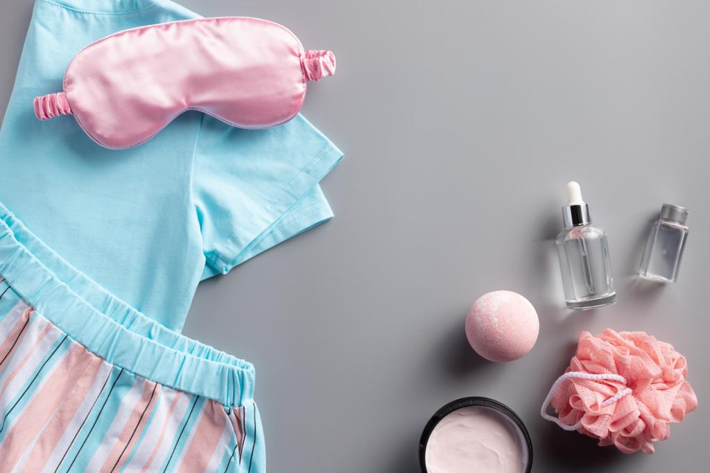 Női pizsama és szemfedő