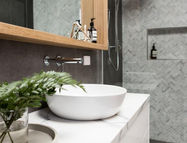Nem csak csempe létezik: 5+1 remek megoldás a fürdőszoba falára