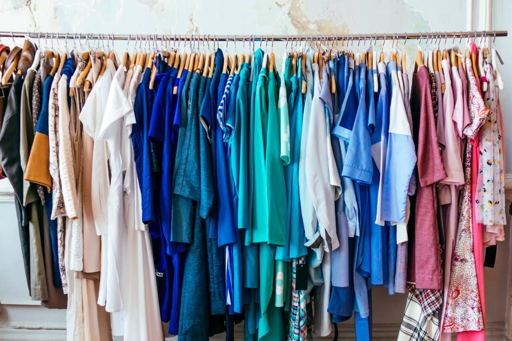Gardrób ruhák, szivárvány színekben
