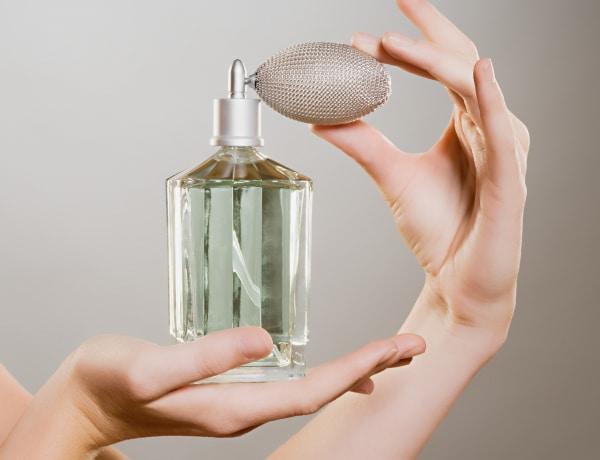 Így tart tovább a parfüm illata a bőrödön