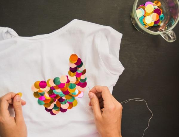 Így készíts vagány felsőt a nem használt pólóidból – 5 DIY módszer