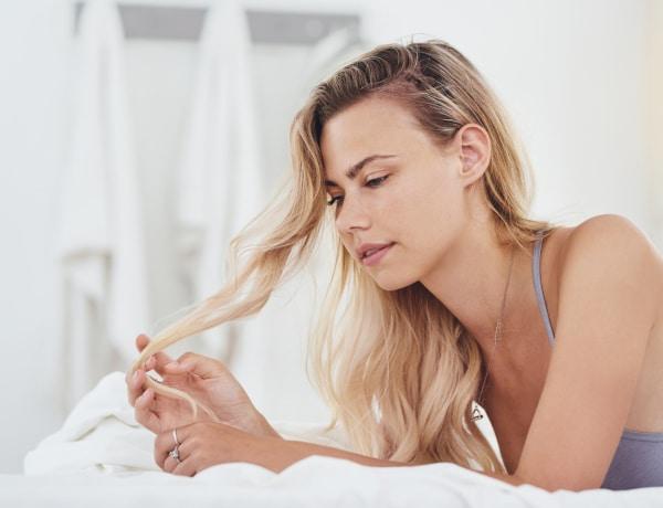 Így tudjuk regenerálni a töredezett hajvégeket – a legtöbb nő küzd vele