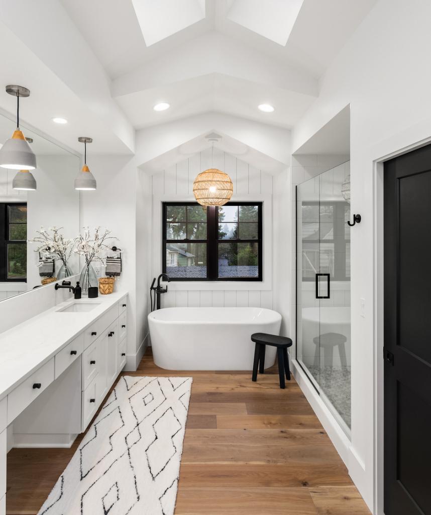 Modern fürdőszoba különálló káddal