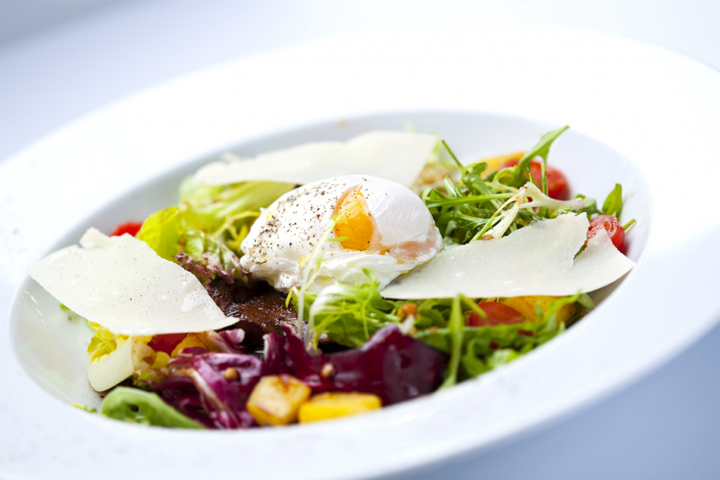 Buggyantott tojás salátával
