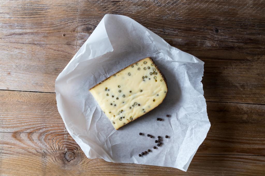Sütőpapírba csomagolt sajt