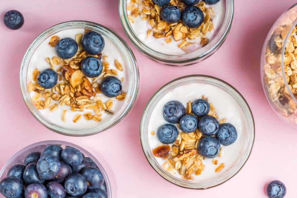 Natúr joghurt gyümölccsel és zabpehellyel
