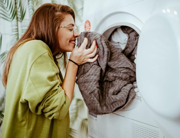 Büdös, dohos mosógép? Így takarítsd ki: 5 filléres praktika