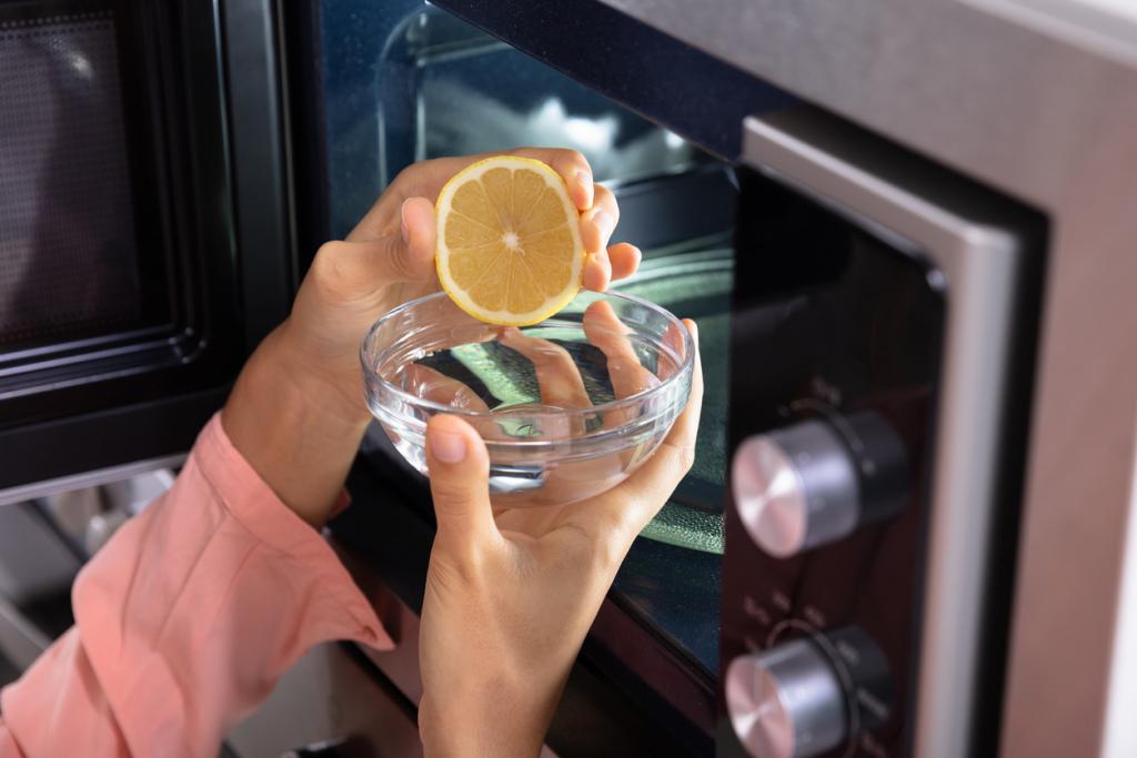 Mikró tisztítása citrommal