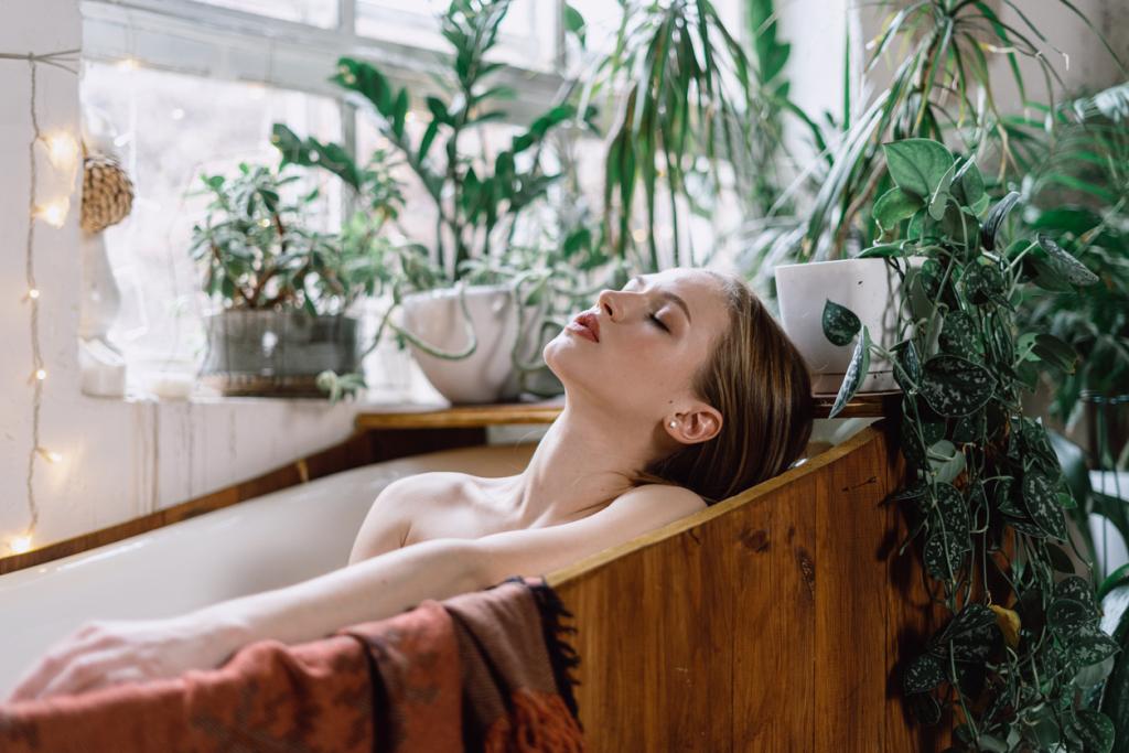 Fa fürdőkád, szobanövényekkel szegélyezve
