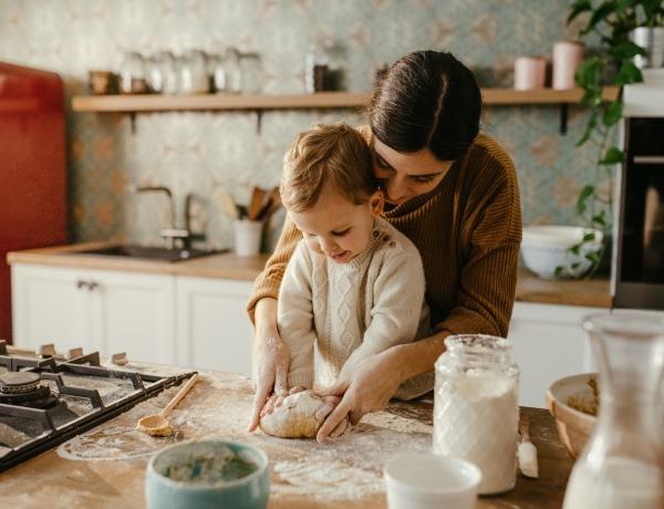 Gyerekkel a konyhában, avagy a plafon találkozása a palacsintatésztával