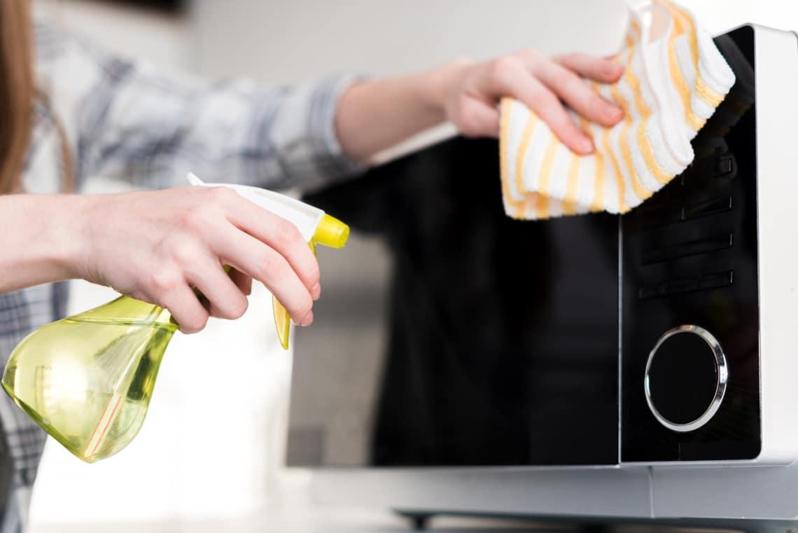 Ez a legjobb módszer a mikró tisztítására – Csillogó végeredmény!