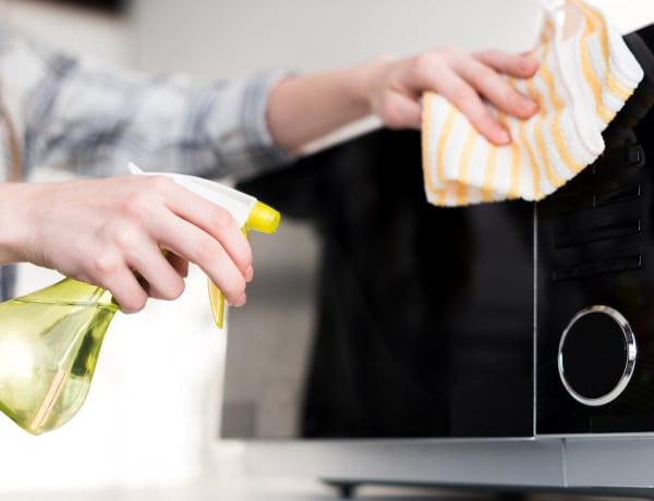 Ezek a legjobb módszerek a mikró tisztítására – Csillogó végeredmény!