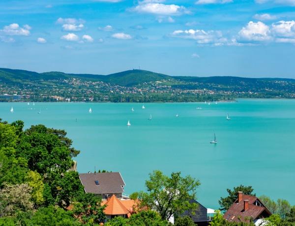 Itt egy magyar mesekönyv, amely megidézi a balatoni nyarat