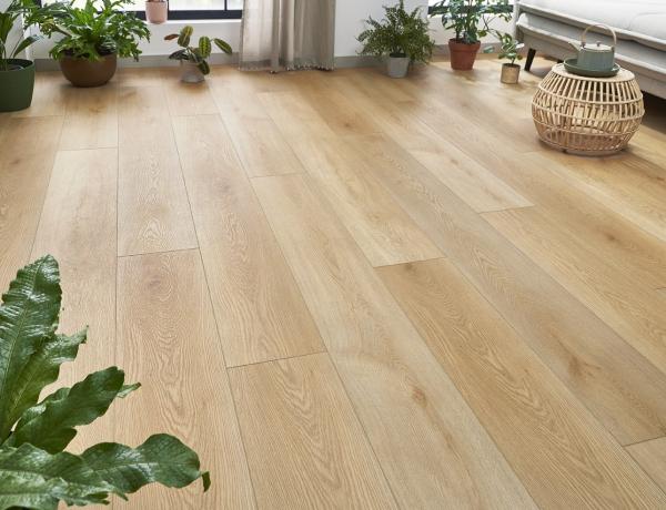 Hogyan legyen szép a padló befejezése, a fal mellett is? Ilyen szegőlécet válassz