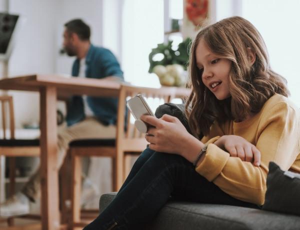 A gyerekek fele heti 30 órát is a mobilozással tölt