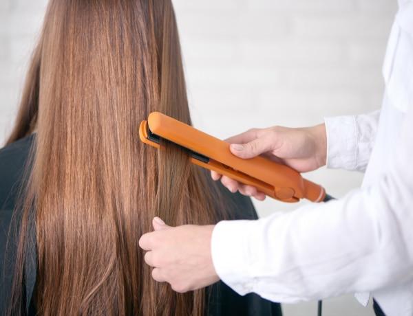 A fodrász szerint erre NAGYON figyelj, ha tartós hajegyenesítést szeretnél