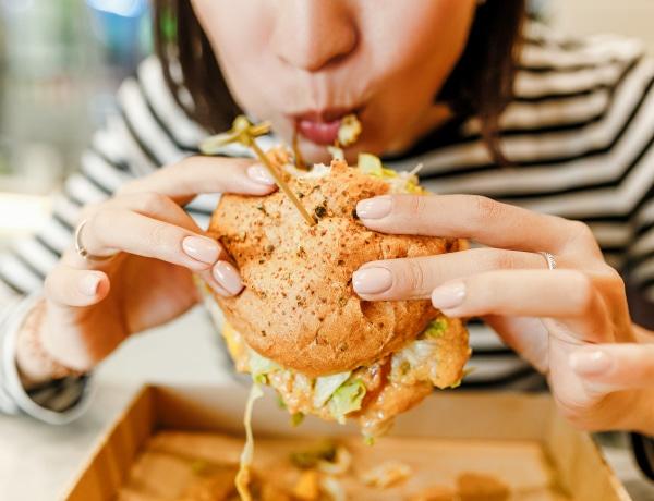 """""""Csak faltam és faltam… aztán bűntudatom lett"""" – A bulimia csapdájában"""
