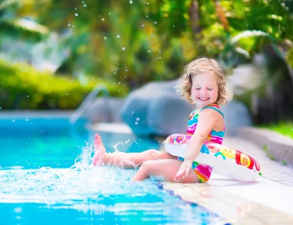 Kisgyermekes strand-etikett. Mi van az úszópelussal és az orrfolyással?