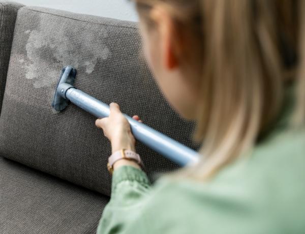 Hogyan tisztítsd a kanapét a foltoktól és a többéves portól?