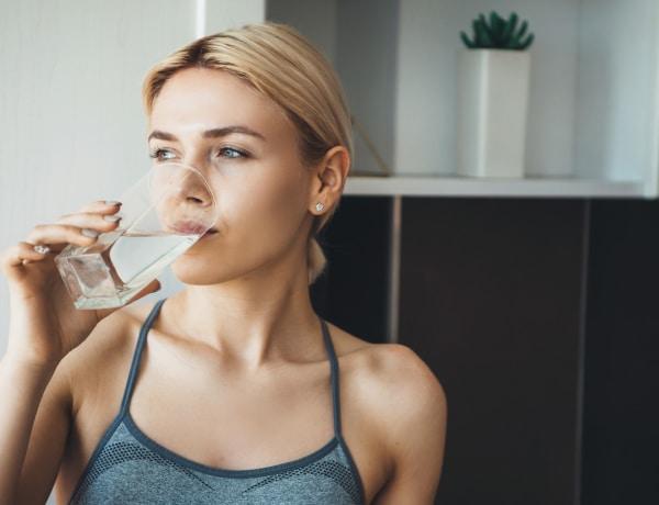 Veszélyes, ha túl sok vizet iszol – Íme a jelei, ha túlzásba estél