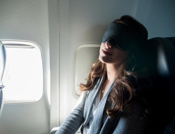 Nagyon veszélyes, ha elalszol a repülőn – Fájdalommal is járhat!