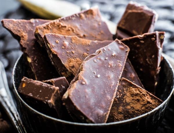 """Mi az a fehér """"por"""" a csokoládén? És meg lehet még enni a csokit, ha megjelenik?"""