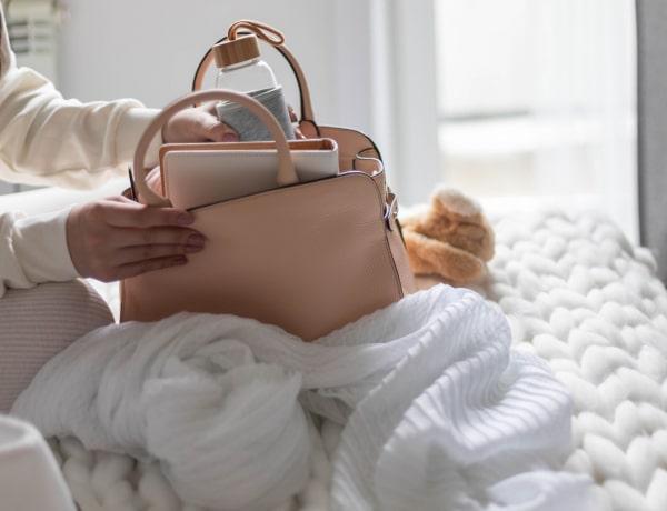 A női táska tartalma kész agyrém! 5 kacat, amit máris kipakolhatsz belőle
