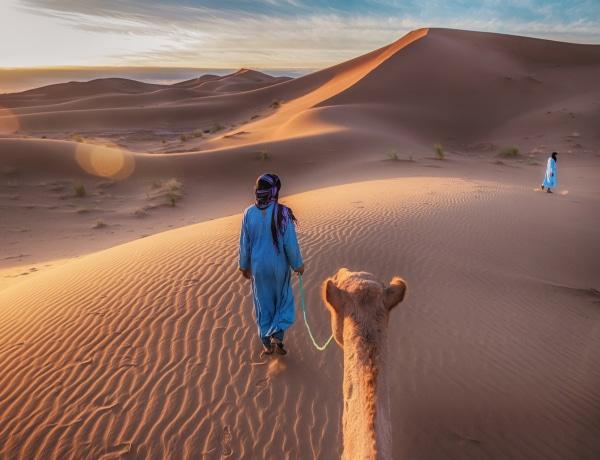 A nomád törzs, ahol a férfiak csak kéket viselnek